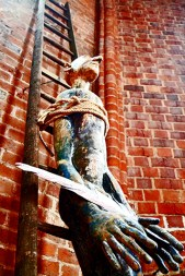 Escultura hombre atado manos escalera MarktKirche Hannover