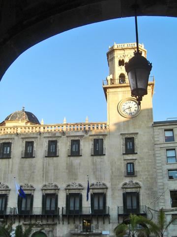 Soportal farola vistas fachada ayuntamiento neoclásico torre reloj Alicante