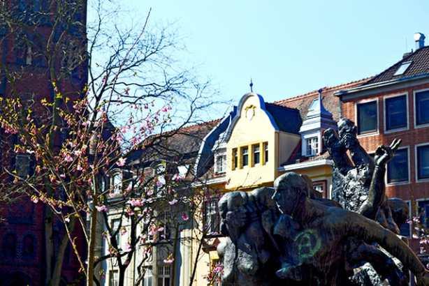 Escultura habitantes locales plaza ayuntamiento Oldenburg Alemania
