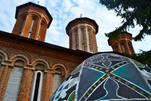 Huevo fachada torres ladrillo ventanas Monasterio Snagov Rumanía