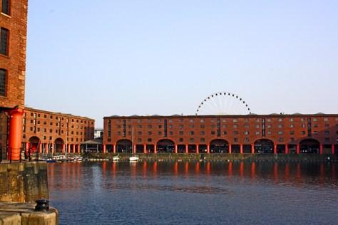 Panorámica muelles tiendas Albert Dock Liverpool