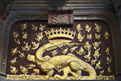 Dragón escudo relieve castillo Blois Francia