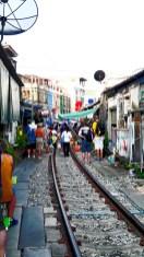 Mercado sobre la vía del tren Mae Klong Tailandia