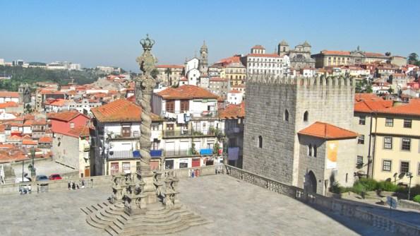 Columna plaza Catedral Oporto Portugal