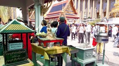 Fieles ofrendas Gran Palacio Bangkok