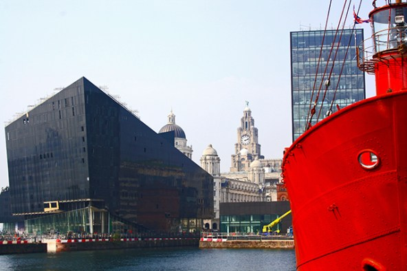 Museo de Liverpool y barco rojo Albert Dock