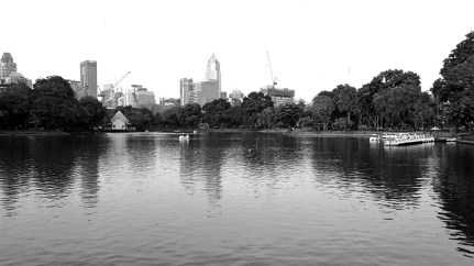 Skyline Bangkok Parque Lumphini atardecer