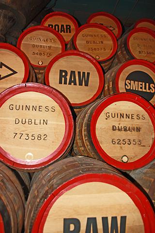 Barriles cerveza Guiness almacenados fábrica Storehouse Dublín