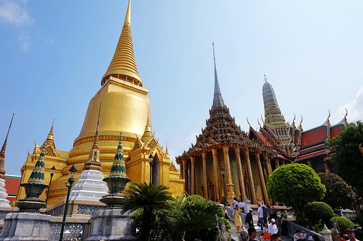 Chedi y pagoda dorada Wat Phra Kaeo Palacio Real Bangkok
