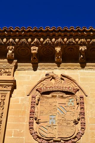 Escudo heráldico relieve fachada ayuntamiento Baeza