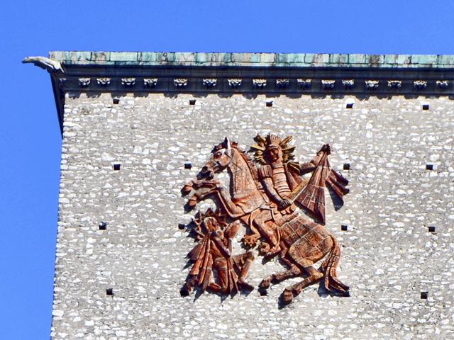 Escudo Carlomagno esculpido pared edificio Tours