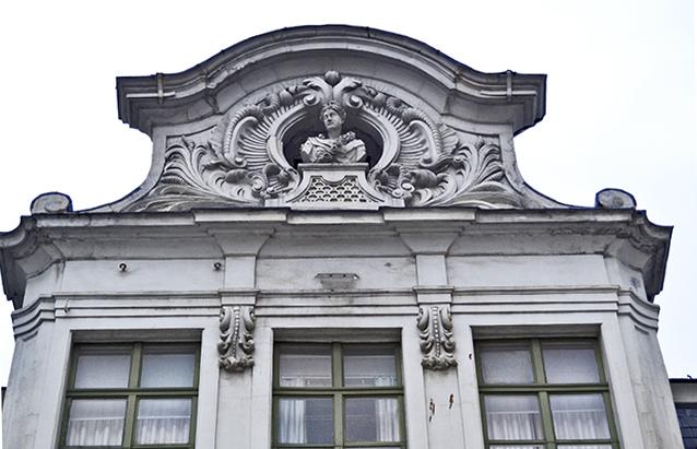 Remate frontón fachada Art Nouveau Gante
