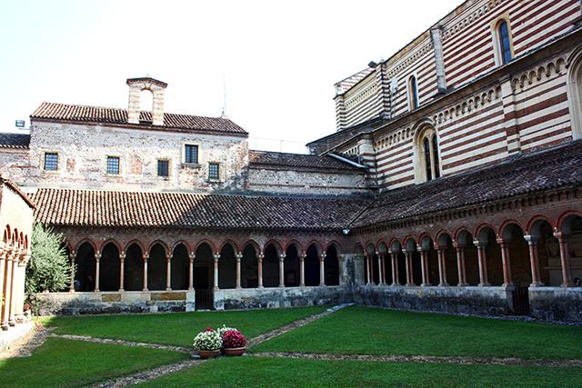 Claustro columnatas Basílica San Zeno Maggiore Verona