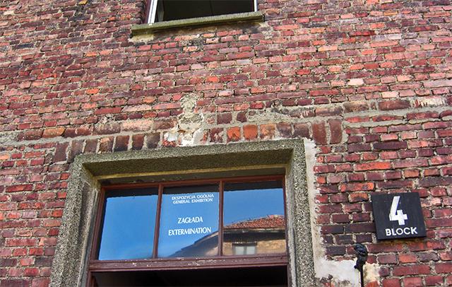 fachada ladrillo bloque 4 entrada campo concentración Auschwitz Birkenau Polonia