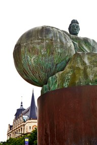 Escultura hombre sosteniendo globo terráqueo Chartres