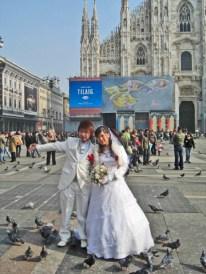 Novios japoneses Plaza Duomo Milán palomas