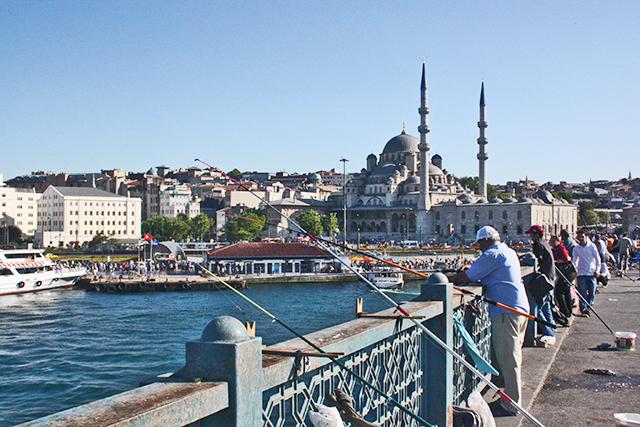 Pescadores Puente de Galata mezquita Nueva Estambul