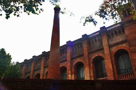 Fachada ladrillo industrial biblioteca depósito aguas Barcelona