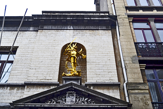 Escultura dorada fachada Les Marolles Bruselas