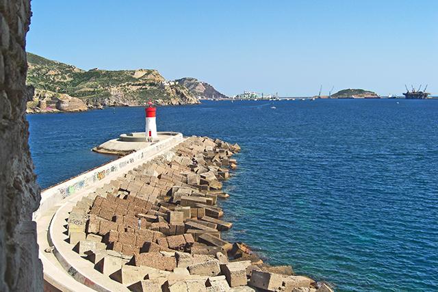 Espigón faro rojo blanco bahía Cartagena Fuerte de Navidad
