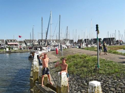 Niños bienvenida puerto Marken Holanda