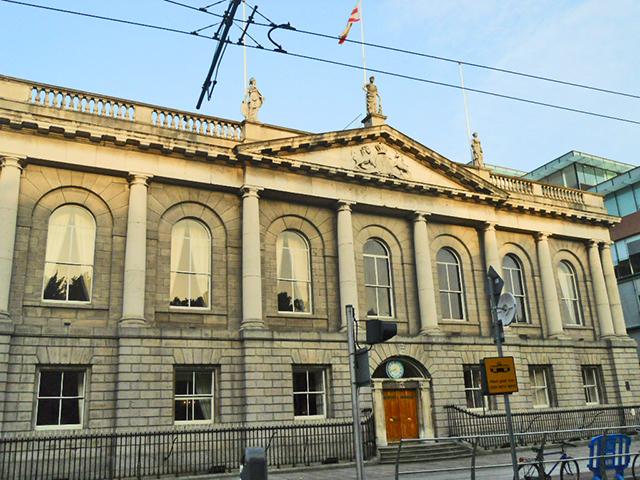 Fachada facultad asalto disparos ingleses 1916 centro Dublín