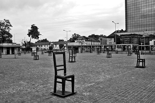 Sillas Podgorze Roman Polanski plaza gueto judío Cracovia blanco y negro