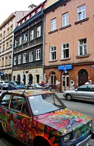 Coche grafiti calle barrio judío Kazimierz Cracovia