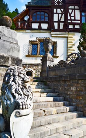 León escultura entrada Castillo Peles Sinaia Rumanía