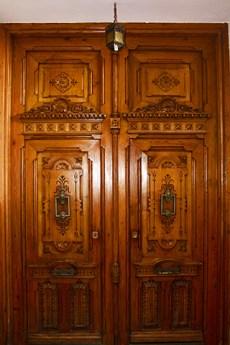 Puerta madera modernista ebanistería calle Xàtiva Valencia