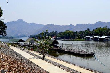 Orilla muelle cabañas río Khwae Kanchanaburi