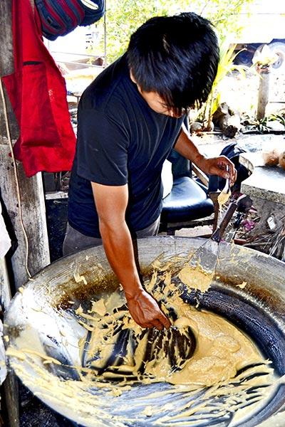 Tailandés haciendo pasta de coco sartén grande Mae Klong