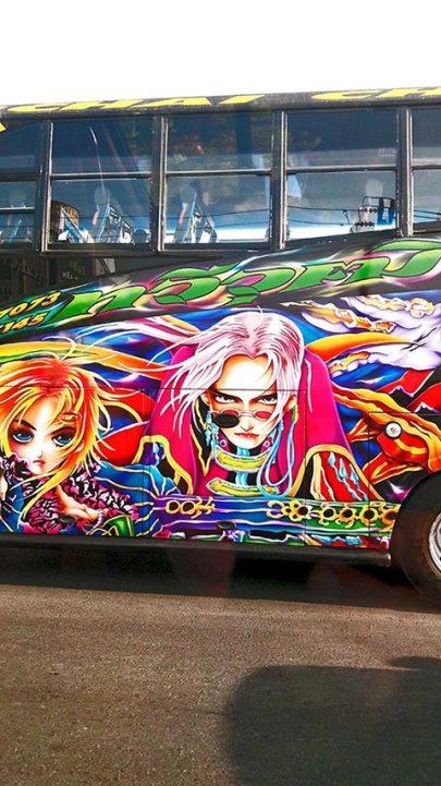 Graffiti anime japonés autobús tailandés Cascadas de Erawan