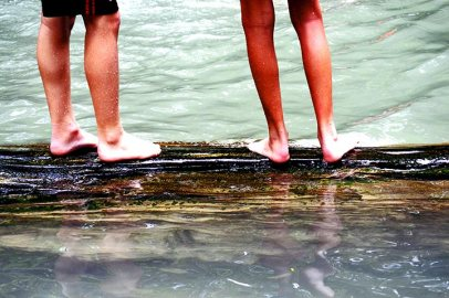 Piernas niños baño Cascadas Erawan Tailandia