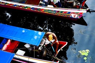 Tailandés reparación motor long tail boat río Kwai Kanchanaburi Tailandia
