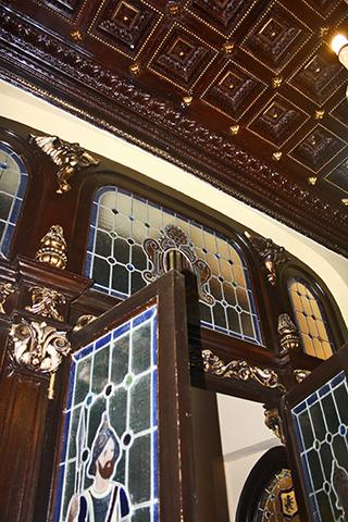 Puerta decoración modernista entrada castillo Xàtiva
