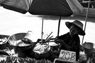 Anciana tailandesa vendiendo frutas comida mercado flotante Bangkok
