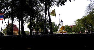 Buda blanco dorado sentado klongs Tailandia