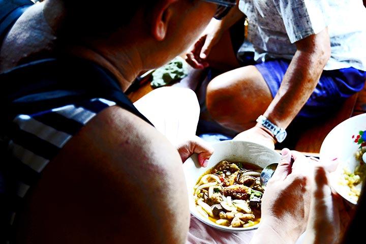 Sopa curry wonton mercado flotante Damnoen Saduak