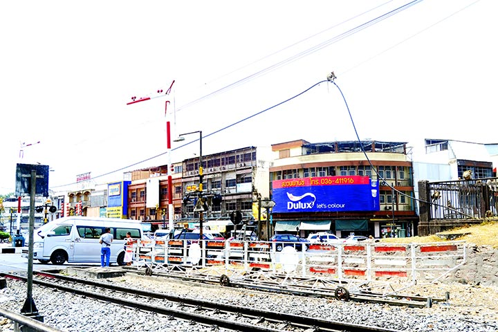 Vía tren cruce Lopburi Tailandia