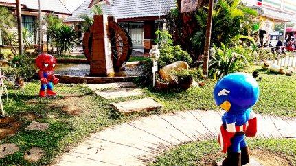 Superhéroes Spiderman Capitán América área de servicio Chiang Mai Tailandia