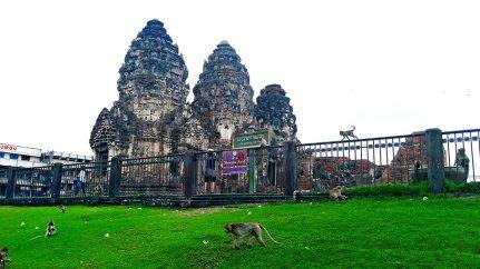 Torres templo monos Prang Sam Yot Lopburi