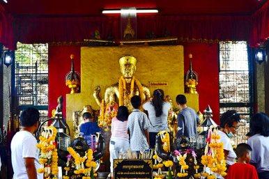 Fieles buda dorado adornos flores templo Lopburi