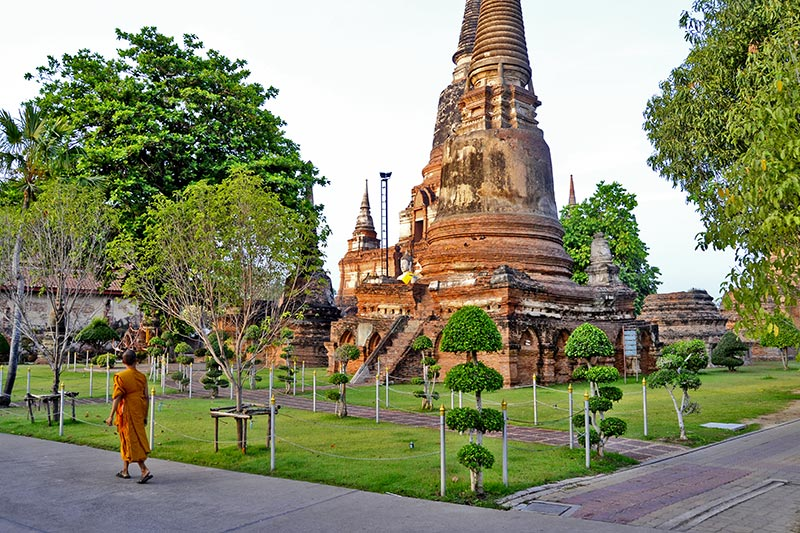 Monje chedi jardines Ayutthaya Tailandia