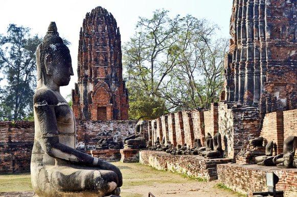 Buda sentado estupas camboyanas ruinas Ayutthaya