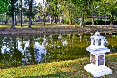 Farol agua canal reino Sukhothai complejo templos Tailandia
