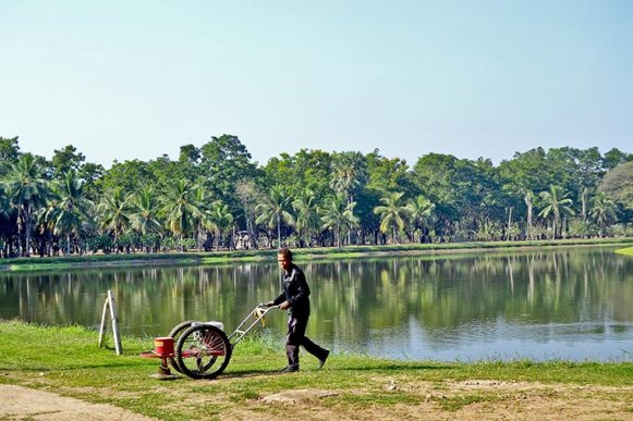 Tailandés trabajando cuidado césped Sukhothai