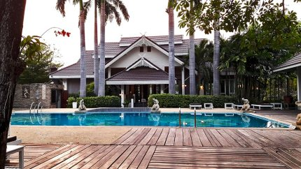 Piscina Le Charme Sukhothai hotel