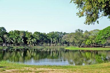 Lago y vegetación alrededores Sukhothai
