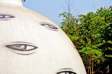 Edificio ojos decoración Casa Negra Tailandia